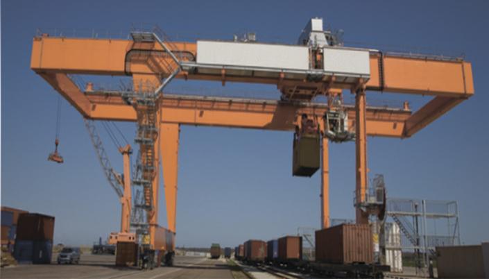 фотография козлового крана в контейнерном терминале