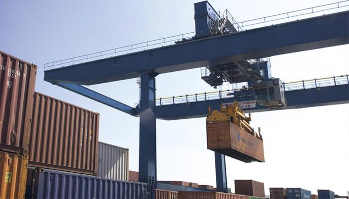 синий козловой контейнерный кран