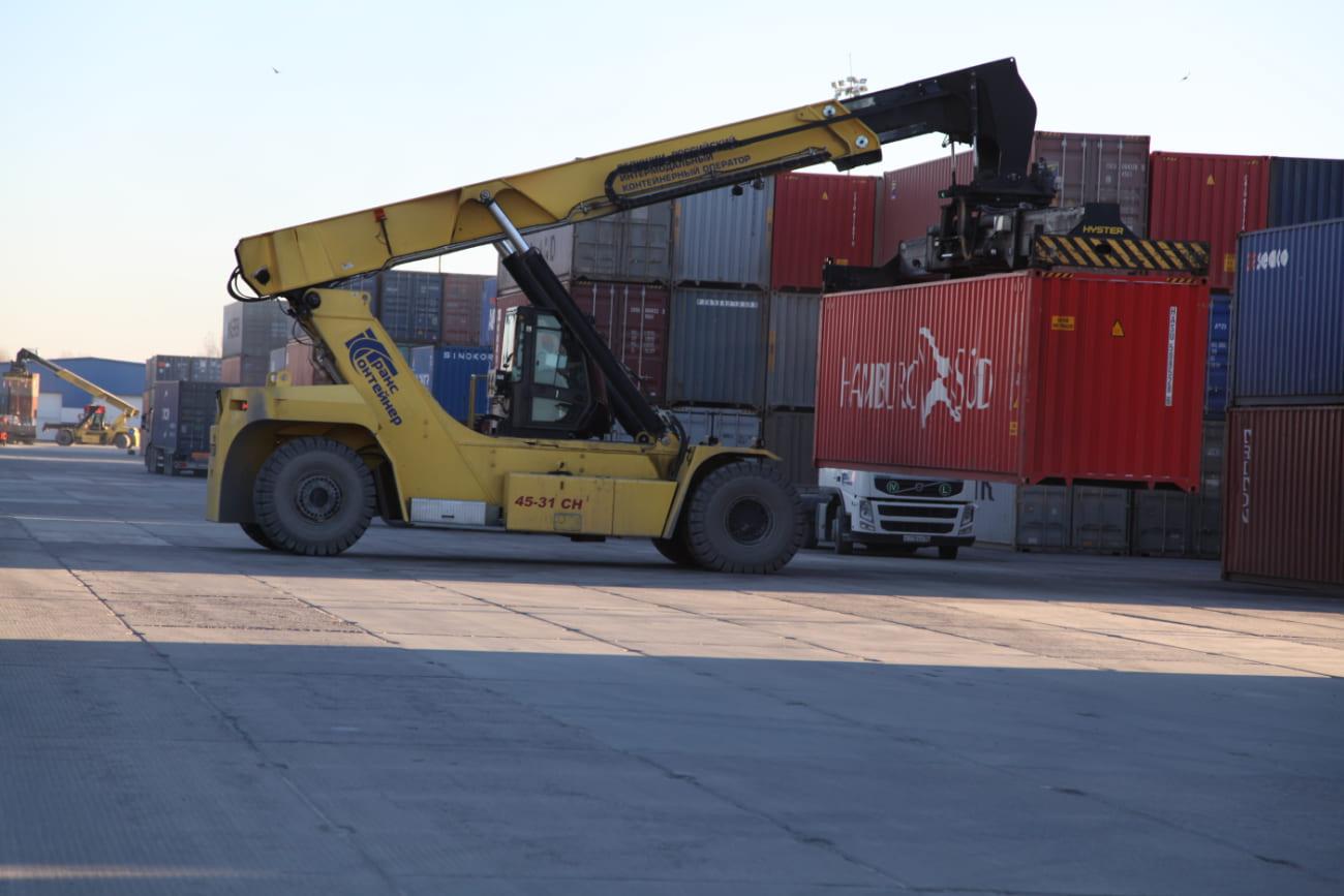 Грузовые контейнеры на терминале